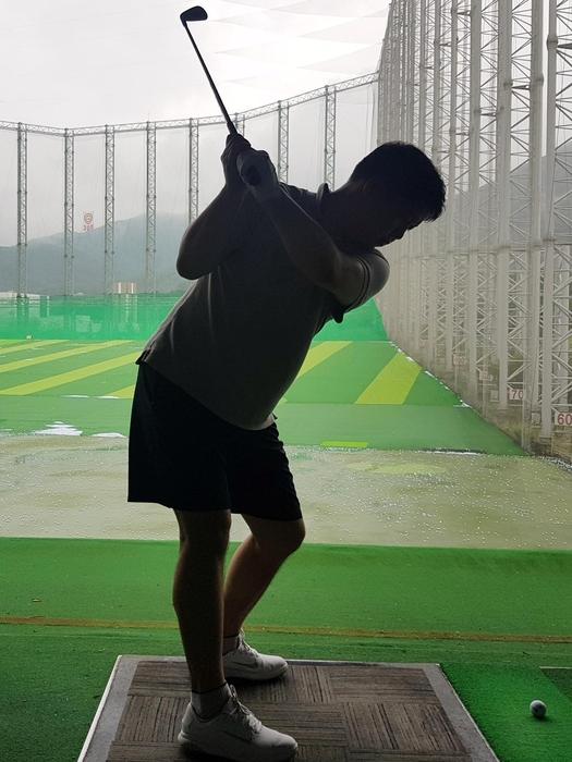골프는 다른 운동에 비해 정적이기 때문에 부상 위험이 크지 않다고 오해한다. 스윙을 반복하다 보면 어깨 등의 반복적 움직임으로 문제가 발생할 수 있다. 주로 회전근개에 손상이 발생한다. /서울아산병원 제공