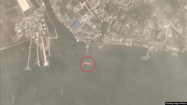 지난 5일 촬영된 위성사진에 90m 길이의 대형 유조선(원 안)이 북한 남포의 해상 유류 하역시설에서 포착됐다. /VOA·Planet Labs Inc.