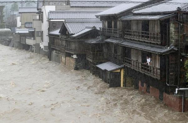 태풍 하기스로 12일 오후 일본 서남부 미에(三重)현 이세(伊勢)시의 한 거리가 물에 잠겨 있다./교도통신