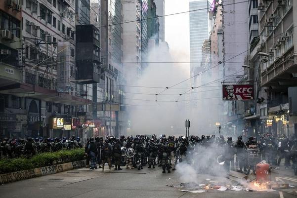 지난 6 일 홍콩 도심에서 벌어진 시위 현장에서 홍콩 경찰이 발포한 최루탄 연기가 피어오르고 있다./블룸버그