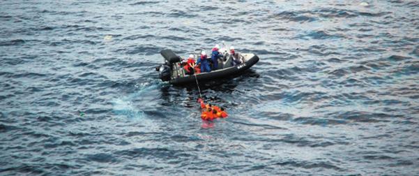 구명보트를 탄 일본 수산청 어업지도선 오쿠니(大國)호 선원들이 7일 바다에 빠진 북한 선원들을 구조하고 있다. 일본 언론에 따르면 이날 오전 오쿠니호에 북한 어선이 충돌해 어선이 침몰했다. /로이터·연합뉴스