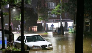 이달 8일 제18호 태풍 '미탁'으로 강원 삼척에 400㎜의 폭우가 쏟아져 삼척 시내 도로가 물에 잠겼다./연합뉴스