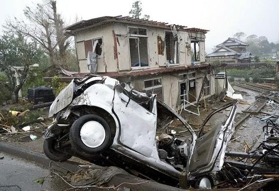 12일 제19호 태풍 하비기스가 일본에 접근하고 있는 가운데 일본 시즈오카(靜岡)현 이치하라(市原)시에서 돌풍에 의해 차량이 넘어져 있다. /교도 연합뉴스