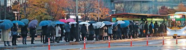 서울행 버스 기다리는 '서울 탈출族' - 30대들이 비싼 집값과 물가 탓에 서울을 떠나 수도권으로 향하는 '서울 엑소더스'가 이어지고 있다. 사진은 경기 화성 동탄신도시의 한 버스정류장에서 통근자들이 길게 줄을 선 채 서울행 버스를 기다리고 있는 모습.