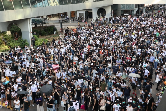 지난 4일 홍콩 시위대가 홍콩 금융가인 센트럴 지역에서 반중 시위를 벌이며 도심을 행진하고 있다. /홍콩=이용성 기자