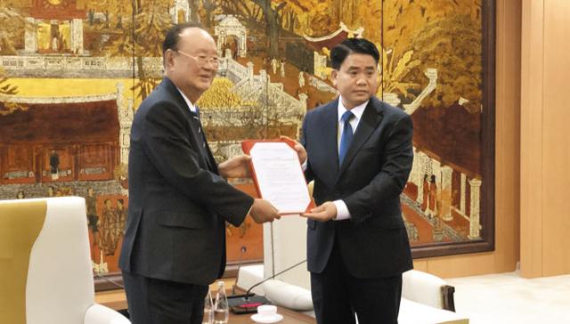 14일 이대봉(왼쪽) 참빛그룹 회장이 응우옌 득 쭝 하노이 시장으로부터 베트남 첫 경마장 건설 사업 허가서를 전달받고 있다.