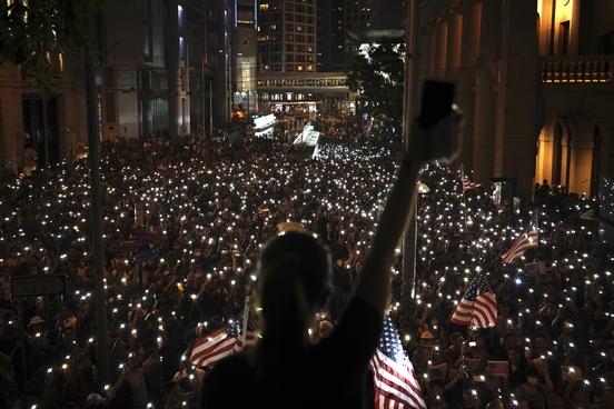 홍콩 시민들이 14일 센트럴 지구에서 성조기를 들고 미국 의회에 '홍콩 인권 민주주의 법안' 통과를 촉구하는 집회를 열고 있다. /연합뉴스