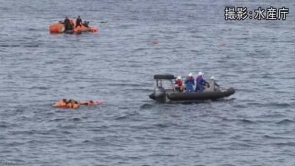 구명보트를 탄 일본 수산청 어업지도선 오쿠니(大國)호 선원들이 7일 '야마토타이(대화퇴·大和堆)' 지역에 빠진 북한 어선 선원들을 구조하고 있다. 일본 언론에 따르면 이날 오전 오쿠니호에 충돌한 북한 어선이 침몰했다. /수산청