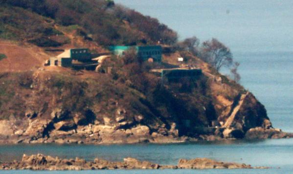 지난달 24일 오전 인천 강화군 서도면 말도리에서 바라본 함박도의 북한군 시설물./연합뉴스