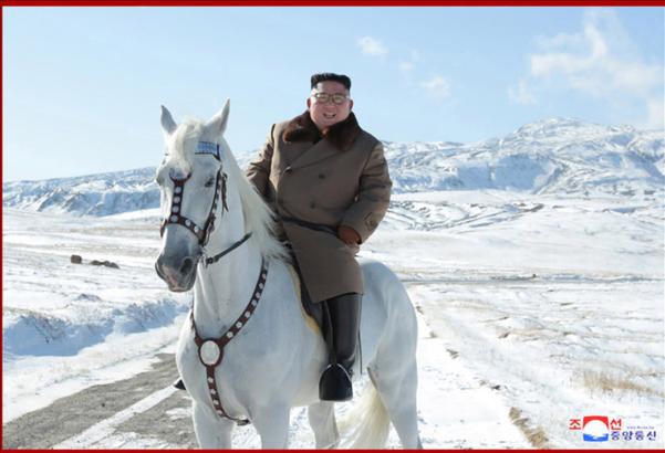 김정은 북한 국무위원장이 백마를 타고 백두산에 올랐다고 조선중앙통신이 16일 보도했다./연합뉴스·조선중앙통신