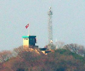 지난달 24일 함박도에 북한 인공기와 북한군이 설치한 철탑 레이더가 보인다./연합뉴스