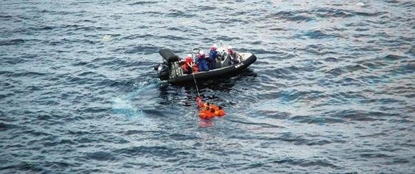 구명보트를 탄 일본 수산청 어업지도선 오쿠니(大國)호 선원들이 지난 7일 바다에 빠진 북한 선원들을 구조하고 있다. 일본 언론에 따르면 이날 오전 오쿠니호에 북한 어선이 충돌해 어선이 침몰했다. /로이터 연합뉴스