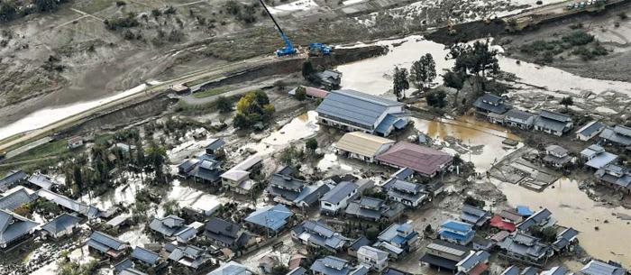 지난 주말 일본을 덮친 태풍 하기비스로 인한 사망자가 16일 현재 75명으로 집계됐다. 제방을 넘쳐 마을을 덮친 물이 빠진 후 발견되는 사망자가 늘고 있다. 사진은 15일 물이 빠져 진흙탕이 드러난 일본 중부 나가노현 한 마을의 모습.
