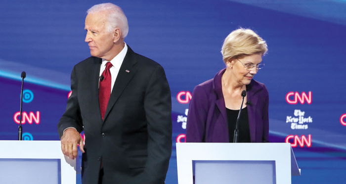 15일(현지 시각) 미국 오하이오주 오터바인대에서 열린 민주당 대선 주자들의 4차 TV 토론회에서 조 바이든(왼쪽) 전 부통령과 엘리자베스 워런 상원 의원이 서 있다.