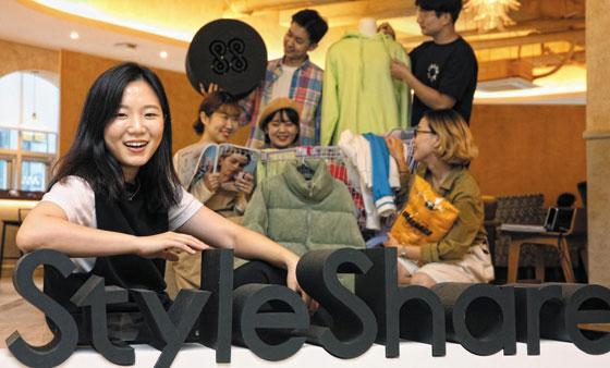 패션 스타트업 스타일쉐어의 윤자영(사진 왼쪽) 대표가 서울 강남 사무실에서 인터뷰를 하다 웃고 있는 모습.