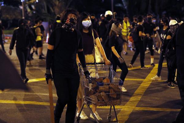 홍콩 정부가 5일 0시부터 복면금지법을 시행한다고 발표한 지난 4일 마스크를 한 홍콩의 시위자들이 이동하고 있다. /AP 연합뉴스