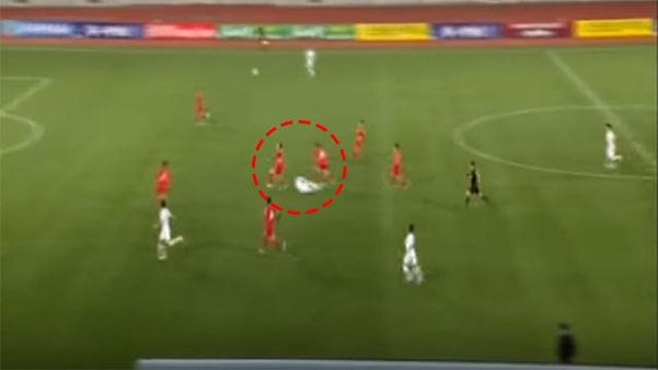 지난 15일 평양 김일성 경기장에서 열린  2022년 카타르 월드컵 아시아 2차 예선 남북 경기 중 손흥민 선수가 북한 선수의 거친 몸싸움에 넘어져 있다. /대한축구협회 하이라이트 영상 캡처