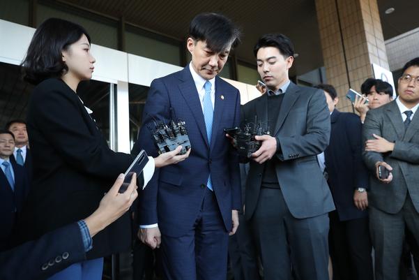 지난 14일  사퇴한 조 전 법무장관이 과천 법무부 청사를 떠나며 고개숙여 인사하고 있다. / 연합뉴스