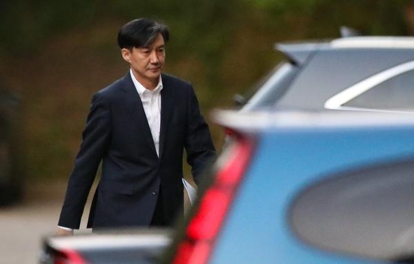 조국 전 법무장관이 장관직에서 사퇴한 14일 오후 서울 방배동 자택을 나서고 있다./연합뉴스