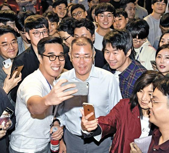22일 정의선(가운데) 현대차그룹 수석부회장이 서울 서초구 현대차그룹 본사 대강당에서 열린 '타운홀 미팅(사내 자유 토론 행사)' 후 직원들의 사진 촬영 요청에 응하고 있다.