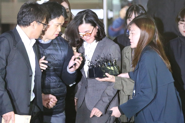 조국 전 법무장관의 부인 정경심(가운데)씨가 23일 영장실질심사를 받은 뒤 서울중앙지법을 빠져나오고 있다. /장련성 기자