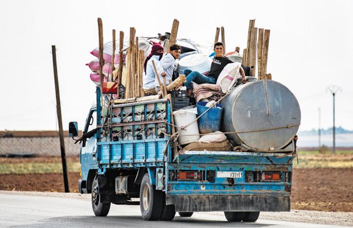 쿠르드족의 유랑 - 터키와 국경을 접하고 있는 시리아 북동부 마을 다르바시야에서 22일(현지 시각) 쿠르드인 가족이 트럭의 짐칸에 타고 피란을 가고 있다. 다르바시야는 주민 대부분이 떠나 사실상 유령 마을이 됐다고 시리아인권관측소는 전했다. 이날 터키와 러시아는 시리아 북부 지역을 양국이 공동으로 순찰하고 관리하는 방안에 전격 합의했다.