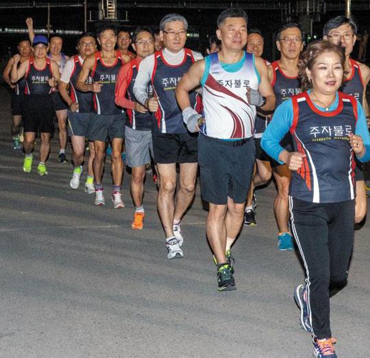 '주자불로' 회원들이 22일 저녁 서울 구로구 안양천변을 달리며 몸을 푸는 모습.