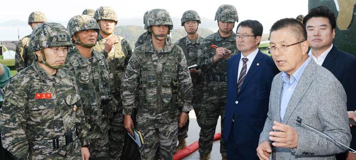 황교안(오른쪽에서 둘째) 자유한국당 대표가 24일 '영토 논란'이 제기된 함박도 인근 인천 강화군 해병 2사단 말도 소초를 찾아 군 관계자들과 대화하고 있다.