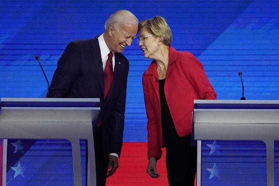 지난 9월 12일 미국 텍사스주 휴스턴에서 진행된 민주당 대선 경선후보 3차 TV토론에서 조 바이든(왼쪽) 전 부통령과 엘리자베스 워런(오른쪽) 상원의원이 머리를 맞댄 채 이야기를 하고 있다. /연합뉴스