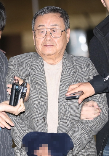 Former DB Group President Kim Joon-ki is leaving the courtroom following his suspicion of interrogation (guarantee examination) at Seoul Central District Court in Seoul, Seoul, yesterday afternoon. / Yonhap News