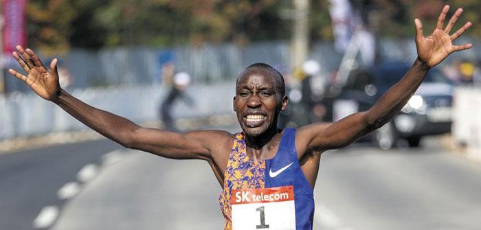 2시간7분00초로 결승 테이프를 끊는 케냐의 로버트 킵코리르 쾀바이. /이태경 기자