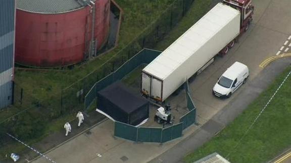 영국 경찰이 지난 23일(현지시간) 39구의 시신이 발견된 트럭 컨테이너를 워터글레이드 산업단지에서 틸버리 부두의 안전한 장소로 옮길 준비를 하고 있다. /AP연합뉴스