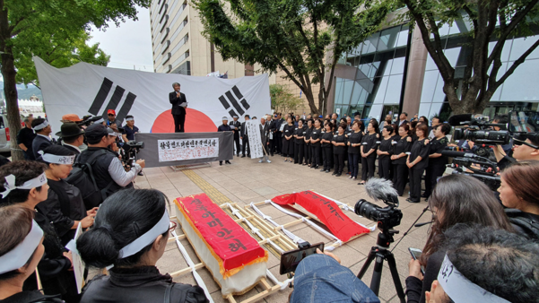 지난달 21일 오후 서울 광화문 교보빌딩 앞에서 아사한 탈북자 모자의 노제(路祭)가 진행되고 있다. / 오종찬 기자