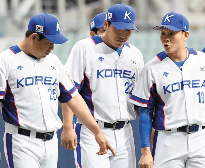야구 국가대항전 '프리미어12'에 출전하는 대표팀 선수들이 29일 고척스카이돔에서 상무와의 연습경기에 앞서 새 유니폼에 대해 이야기를 나누고 있다.