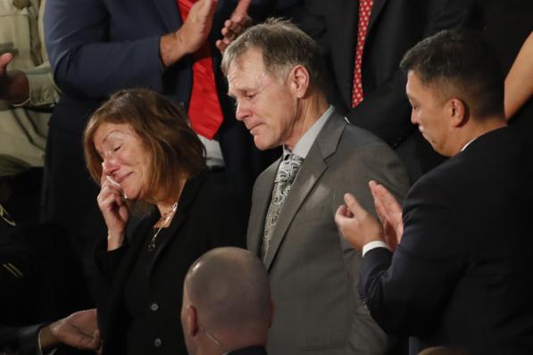 오토 웜비어의 부모인 신디 웜비어(왼쪽)와 프레드 웜비어가 2018년 1월 30일 도널드 트럼프 미국 대통령의 국정연설에 참석하고 있다. /연합뉴스