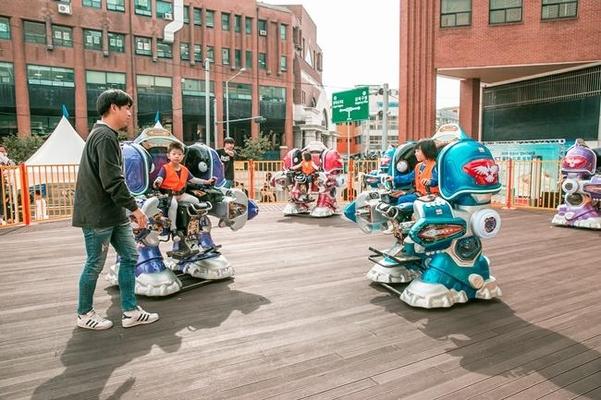 지난 9월 열린 광운대 'ICT 융합 드론·로봇 축제'에서 어린이들이 로봇을 체험하고 있다./광운대캠퍼스타운 제공