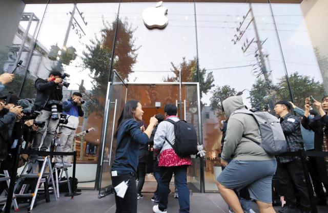 아이폰11을 구매하려는 고객들이 지난 25일 오전 서울 강남구 신사동 애플스토어에 들어가고 있다.
