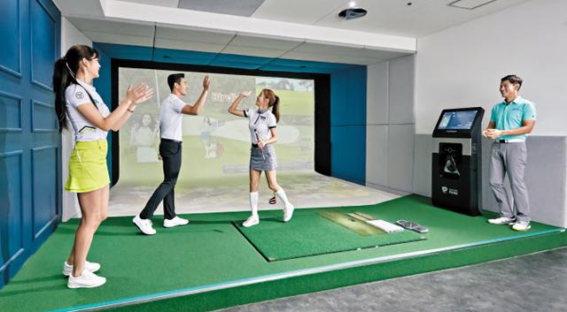 서울 도심의 한 스크린골프장에서 이용객들이 팀을 이뤄 골프를 즐기고 있다. 스크린골프장 시뮬레이터는 이용자의 머리 위(탑센서)와 옆(사이드센서) 두 곳의 센서로 공의 위치를 파악한다.