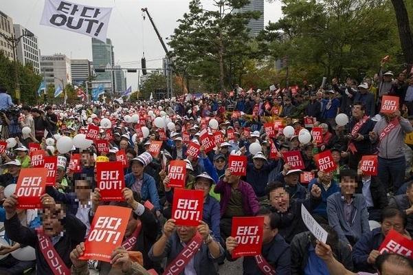 택시 기사들이 지난 23일 타다의 운행 금지를 촉구하며 서울 여의도 국회앞에서 집회를 열고 있다./조인원 기자