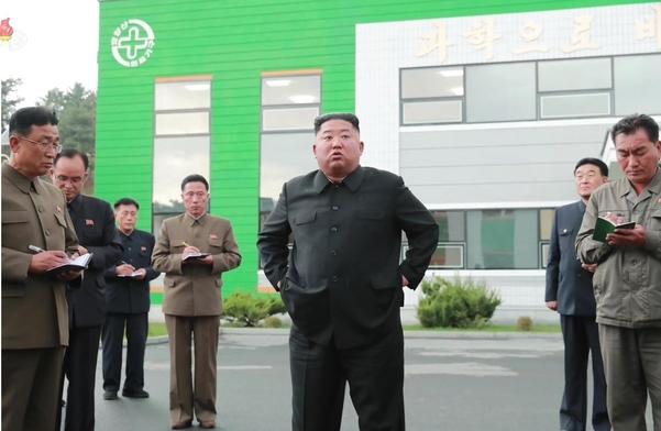 김정은 북한 국무위원장이 현대화 공사가 진행중인 묘향산의료기구공장을 시찰했다고 조선중앙TV가 지난 27일 보도했다./연합뉴스
