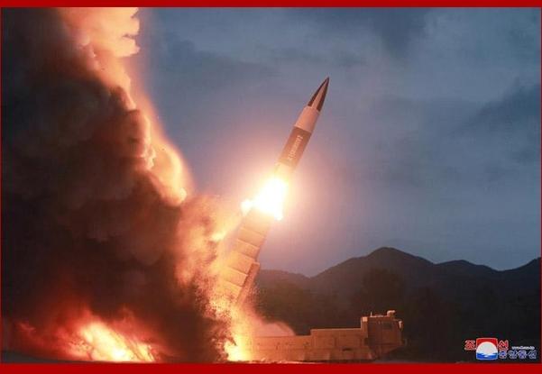 북한이 지난 11일 공개한 함흥 발사체 발사 장면./연합뉴스·조선중앙통신