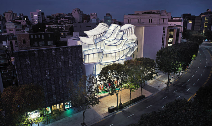 세계적 건축가 프랭크 게리 설계로 31일 개장한 청담동 '루이비통 메종 서울'. 그의 한국 첫 건축물이다. 동래 학춤의 너울거리는 도포 자락을 형상화했다.