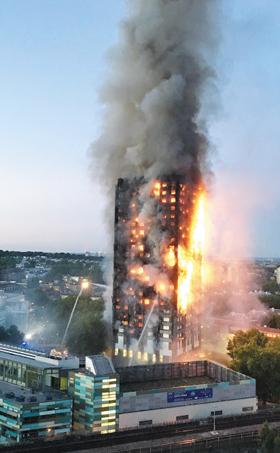 2017년 6월 14일, 아파트 전체가 화염에 뒤덮인 영국 런던 그렌펠 타워.