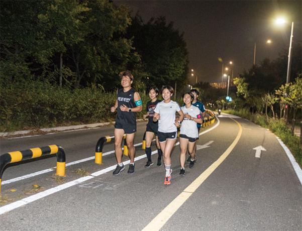 10월 22일 서울 마포구에 있는 망원 한강공원. 대학 연합 러닝 크루 '히포틱런' 회원들이 달리고 있다. /김흥구 객원기자