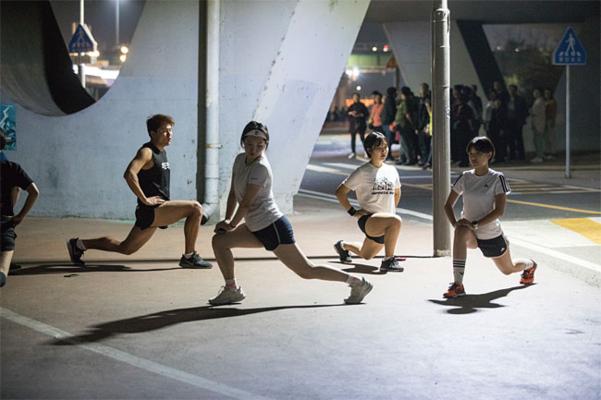 '히포틱런' 크루원들이 달리기 전 준비운동을 하고 있다./김흥구 객원기자