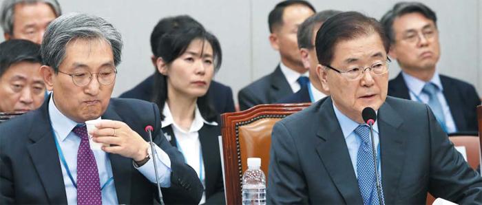 """정의용(오른쪽) 청와대 국가안보실장이 1일 국정감사에 출석해 답변하고 있다. 정 실장은 """"북한의 미사일 능력은 우리 안보에 위중한 위협이 된다고 보지 않는다""""고 했다. 왼쪽은 노영민 대통령 비서실장."""