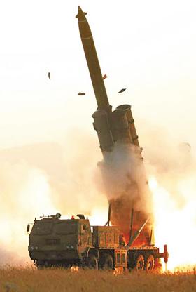 북한이 지난달 31일 초대형 방사포 시험 사격을 진행하는 모습을 1일 조선중앙통신이 공개했다. 이날 김정은 국무위원장은 시험 사격을 참관하지 않은 것으로 보인다.