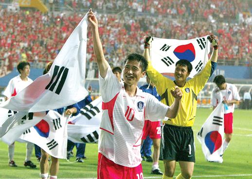 2002년 월드컵 한국과 이탈리아의 8강전에서 이영표가 승리 후 자축 세리머니를 하고 있다.