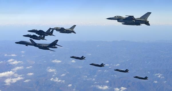 2017년 12월 '비질런트 에이스' 훈련에서 한국공군 F-15K 전투기와 미국 측 전략폭격기 등 양국 항공기가 편대를 이루어 한반도 상공을 비행하는 모습. /공군 제공