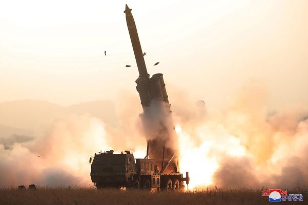 북한이 지난달 31일 초대형 방사포 시험사격을 성공적으로 진행했다고 조선중앙통신이 1일 보도했다./조선중앙통신·연합뉴스